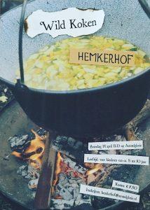 Pan soep op het vuur, met ingredienten van het wildplukken